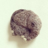 羊毛フェルトで子象のブローチ
