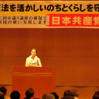 会場いっぱいの参加者で日本共産党の演説会