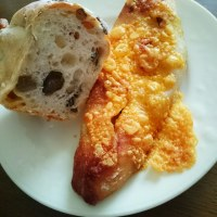 朝ご飯は、レンコンとゴボウのパン・焼きチーズカレーパン(felieeds TSUTAYA店)