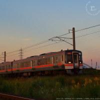 朝夕の海蔵川アプローチを行くキハ75「快速みえ」。