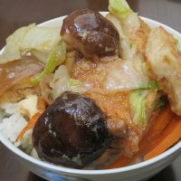 おくさん作のレンコンと里芋の煮物と白菜としいたけの煮物をオンザライズで火曜の昼ご飯