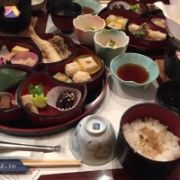 昼飯です。京都の湯豆腐料理です。いただきます。