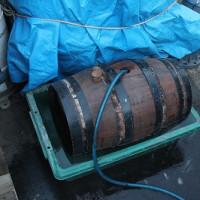 小型の樽を水につけて膨張させています。