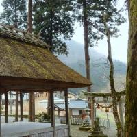 旧名田庄村の賀茂神社の茅葺き舞殿