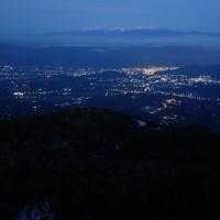 茅野の夜景の向こうには残雪の中央アルプス