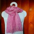 コチニールのピンクのマフラー織り上げ
