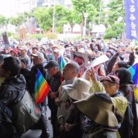 山城さんたちを即時釈放せよ――熱き県民の声、広がる怒り 2・24集会に2000人(那覇地裁前)