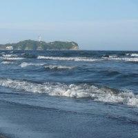 江の島を見ながら波と遊ぶ(友人投稿)