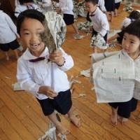 あお 3歳児 新聞紙遊び