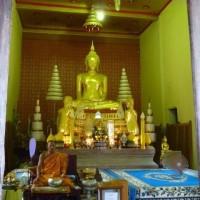 ワットバンケーヤイに瞑想する僧侶を見た