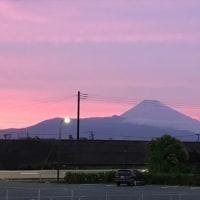 夕焼けの中の富士山。
