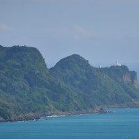 大島の南端にある灯台「鞍埼(くらさき)灯台」をアップで撮ります。 (Photo No.13749)
