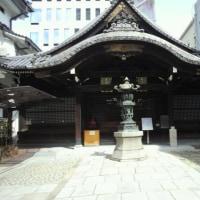 『浪速史跡めぐり』三津寺・大阪は南の繁華街、御堂筋に面し東側は心斎橋筋、重厚なお堂は周りを白壁と黒