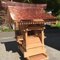 家の中に祀る内祭用の神棚に対して、外に祀る祠(ほこら)を外宮(そとみや)といいます。