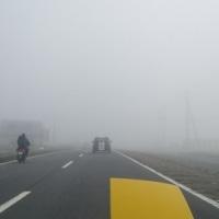 濃霧!(ヘッドライト点灯してくれ(-_-;)