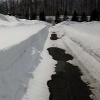 彼岸入り、墓参りで雪掘り