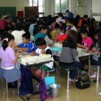 うるま市立与那城小学4年生の親子行事「面シーサー作りにチャレンジ」