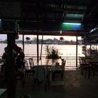 メークロン川沿いの食堂で夕日鑑賞ポイントを探した