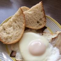キャンベルス酵母パンと自家製ベーコンの目玉焼き。