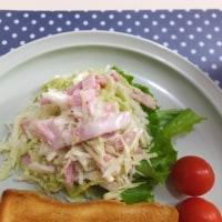 「濱田家」の食パンと ハムのコールスローサラダの朝ごはん