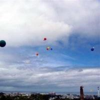 子供に米軍機離着陸を妨害させる、40メートルの糸付き風船100個