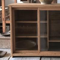 小ぶりの収納棚