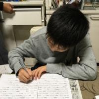 勉強する息子の横で晩酌