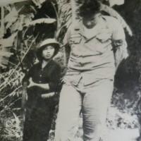 大男の米軍捕虜を連行するベトナム女兵