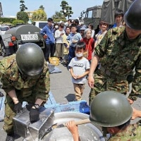 被災地で冷たい缶メシを食べる自衛隊員を、被災地で迷惑をかけるマスコミが偉そうに批判