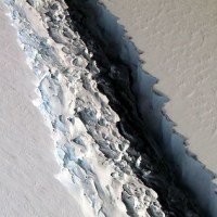 南極棚氷の亀裂が拡大