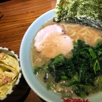 【横浜家系御三家「六角家」で修業した店主が市川に創業した「麺家 市政」】キャベチャにラーメンのノーマルにほうれん草増し!