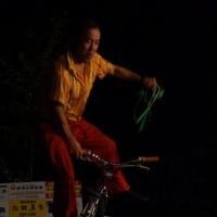 片手で自転車を・・・