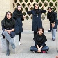 学校帰りに遊ぶイラン女子高生たち