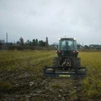 大荒れの天候でもトラクター作業!