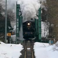 白煙で緑色の橋を渡る(磐西C57試)