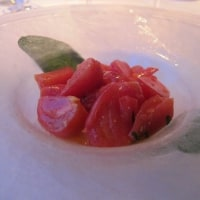 トマトの下にパスタ