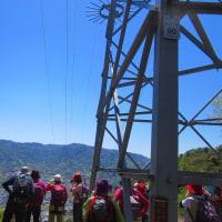 14 二ヶ城山(483m:安佐北区)登山  眺望を楽しむ仲間達