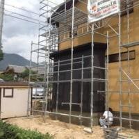 建物の基礎部には化粧モルタルを塗っていきます ・・・ 新築