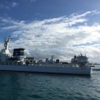 海上保安庁の船とスタークルーズ。