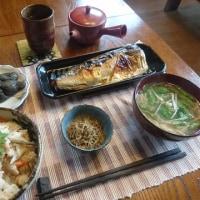 お昼ご飯は根菜おこわと塩サバ