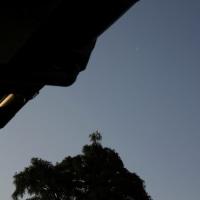 5月21日、朝の白い月。5月22日、金星とさらに細くなった月。