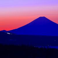 池のくるみより夜明けの富士を望む 2017