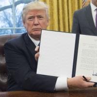 トランプ氏 TPP離脱の大統領令に署名