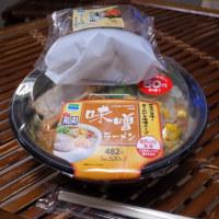 ファミマの味噌ラーメンと広島のキリンビール