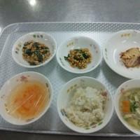 今日は年長組の料理教室です。そして金曜日ですからべべ(保育所)の給食があります