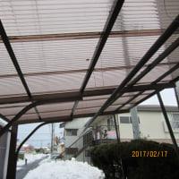 大雪のためアルミカーポートが一部破損してしまいました。