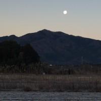 今朝の足尾山と月