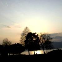 春の気配!つぼみふくらみ、春霞みの夕日!