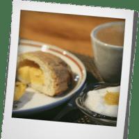 朝ごはんはカスタード入りメロンパンとキッシュ