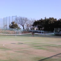 テニスコートでサーブの練習